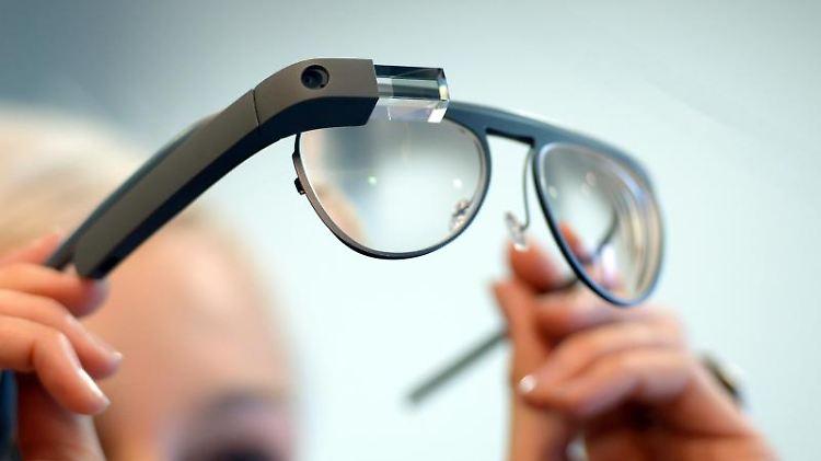 Brille mit Smart-Linsen von Google Glass. Foto: Andreas Gebert/Archiv