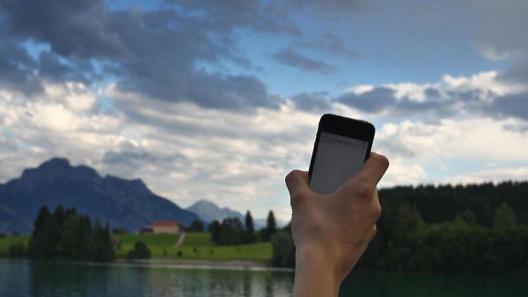 Wer länger im Funkloch steckt, sollte die WLANund die mobile Datenverbindung des Smartphones lieber ausschalten. Das spart Akku. Foto: Karl-Josef Hildenbrand