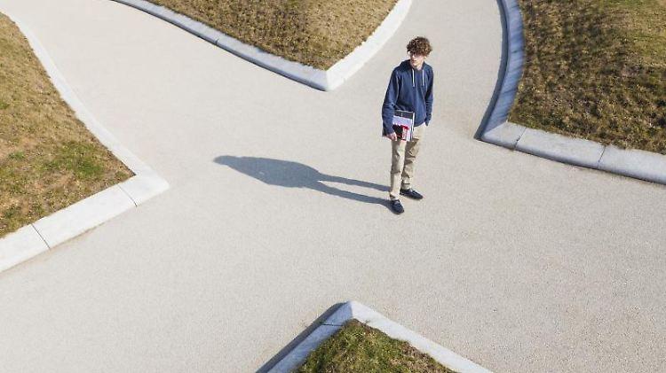 Für viele Schüler ist die Berufswahl die schwierigste Entscheidung, die sie je getroffen haben. Wichtig ist, früh die eigenen Stärken und Schwächen zu analysieren. Foto: Westend61/Werner Dietrich