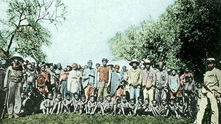 Bundesarchiv_Bild_146-2003-0005,_Deutsch-Südwest-Afrika,_Kriegsgefangene_Herero[1].jpg
