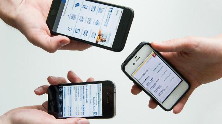 Smartphone raus und mal eben Geld überweisen? Banking-Apps machen das möglich. Nach Ansicht der Stiftung Warentest sind viele Programme generell geeignet, haben aber oft noch ein paar Schwächen. Foto: Franziska Gabbert