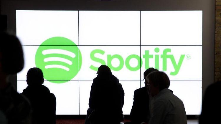 Der Musik-Dienst Spotify will sich zu einem allgemeinen Medien-Kanal entwickeln. Foto: Jörg Carstensen/dpa