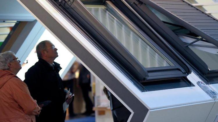 Dachfenster sollten möglichst so ausgerichtet werden, dass sie nach Süden oder Südwesten zeigen. Dann kommt auch im Winter viel Licht herein.jpg