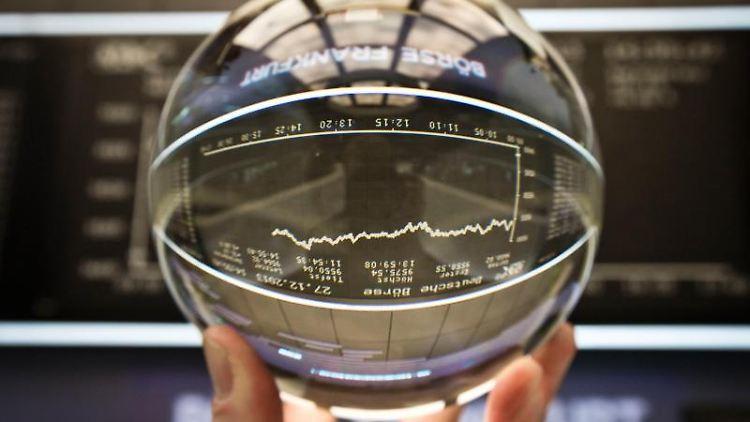 Auch eine Glaskugel hilft nicht: Aktienkurse entwickeln sich zufällig, sagen Wissenschaftler. Vorhersagen über künftige Kurse lassen sich daher nicht treffen. Foto: Frank Rumpenhorst