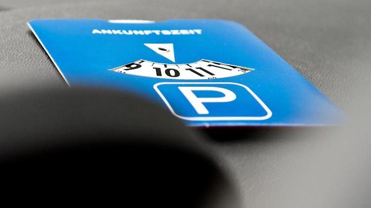 So ist es richtig: Damit eine Parkscheibe gültig ist, darf der Zeiger nicht zwischen zwei Markierungsstreifen liegen. Sonst droht ein Bußgeld. Foto: Franziska Gabbert