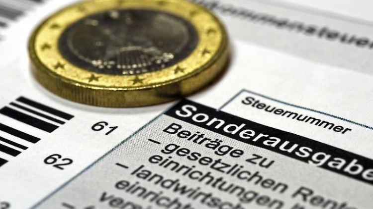 Wer einen Babysitter bezahlt, kann die Kosten als Sonderausgaben bei der Steuererklärung angeben. Foto: Jens Schierenbeck