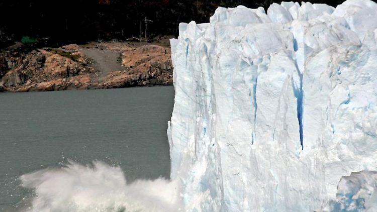 Ein riesiges Eisstück bricht vom weltberühmten Perito-Moreno-Gletscher in Patagonien ab. Der Gletscherschwund erreicht einen Rekordwert. Foto: Orestis Panagiotou/Archiv