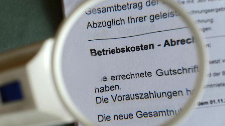 Überprüfen lohnt sich: Viele Abrechnungen sind laut Mieterbund falsch, unplausibel oder unvollständig. Foto: Jens Kalaene