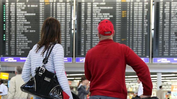 Reisende erhalten nur dann eine Entschädigung für eine erhebliche Flugverspätung, wenn sie auch mit der verspäteten Maschine geflogen sind. Foto: Boris Roessler