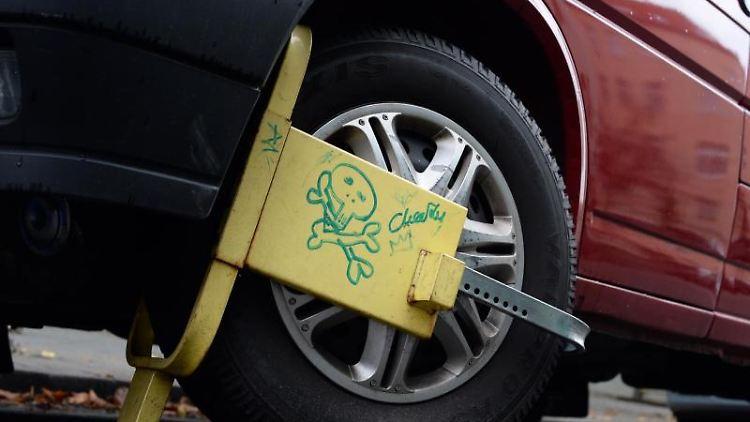 Abschreckende Wirkung:Eine solche Parkkralle sorgt im besten Fall dafür, dass Kriminelle gar nicht erst versuchen, das Auto zu klauen. Foto: Jens Kalaene