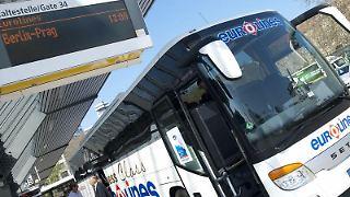 Wer mit einem Fernbus reist, kommt oft günstiger als mit der Bahn. Das geht aus einer Studie des ADAC hervor. (Bild: dpa)
