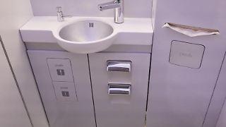 Flugzeug-Toiletten sind häufig sauberer als der Klapptisch am Sitz. Foto: Georg Wendt