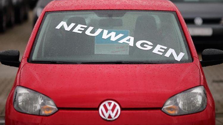 Ein Neuwagenkauf bietet sich im Herbst wegen der hohen Rabatte an. Möglich machen das Zulassungsprämien an die Händler. Foto: Jens Wolf