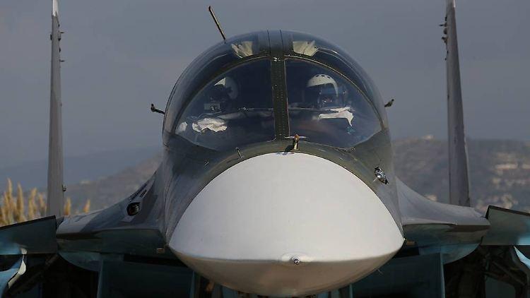 Russischer Kampfjets über Syrien: Im Bild ein  zweisitziger Jagdbomber vom Typ Su-34.
