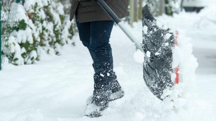 Den Gehweg vom Schnee befreien: Der Vermieter ist für den Winterdienst verantwortlich. Er kann im Mietvertrag aber seine Pflichten auf den Mieter übertragen. Foto: Tobias Hase