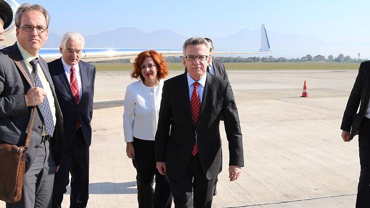 Kurswechsel in Albanien: De Maiziere sortiert seine Aussagen.