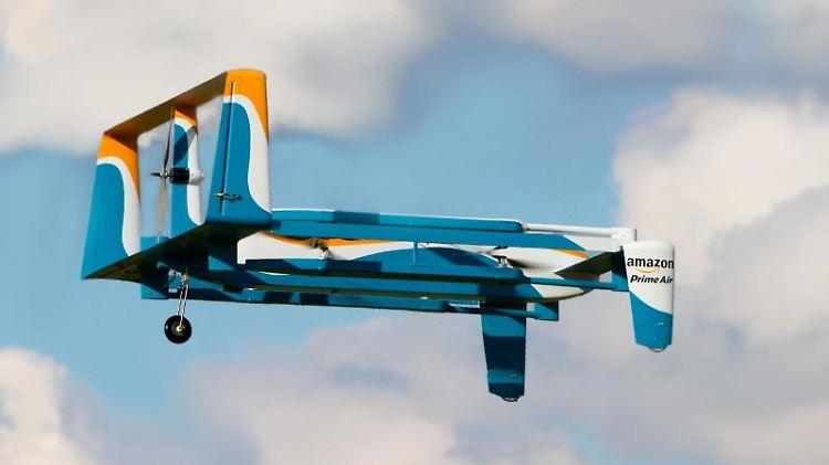 Die zweite Version der Amazon-Drohne erinnert mehr an ein kleines Flugzeug, kann aber auch senkrecht starten und landen. Foto: Amazon/dpa