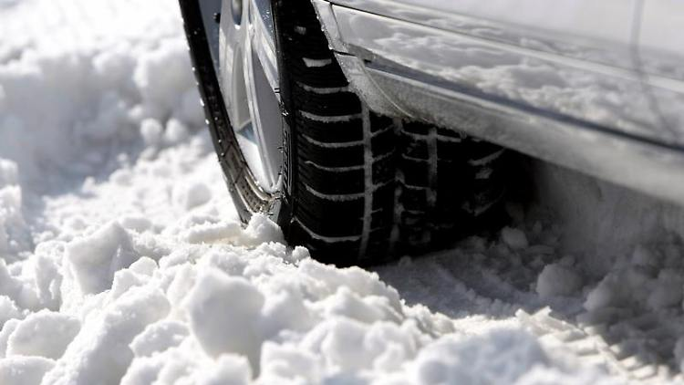 Die Investition lohnt sich: Mit Winterreifen fährt man bei Eis und Schnee sicherer. Denn sie bieten mehr Grip. (Bild: dpa)