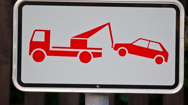 Sobald ein Abschleppwagen angefordert wurde, müssen Falschparker zahlen. Foto: Daniel Karmann