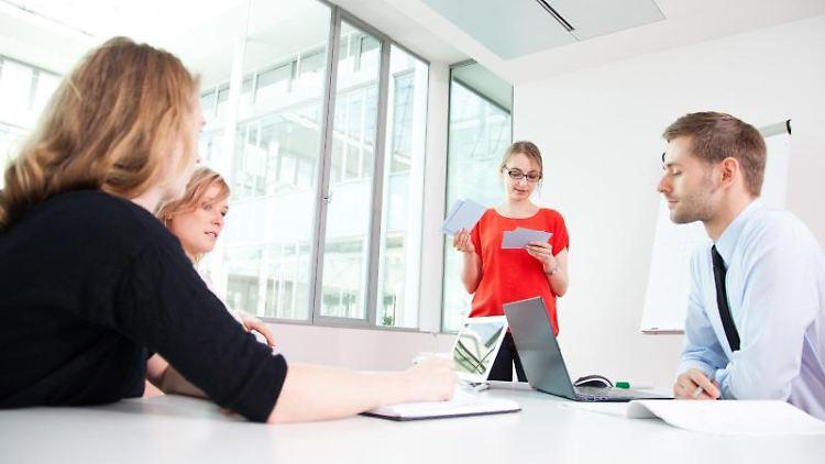 Im Meeting kommen Introvertierte häufig kaum zu Wort. Während sich die Extrovertierten die Bälle zuspielen, sind sie oft zu zaghaft. Hier kann eine gute Vorbereitung helfen. Foto: Christin Klose
