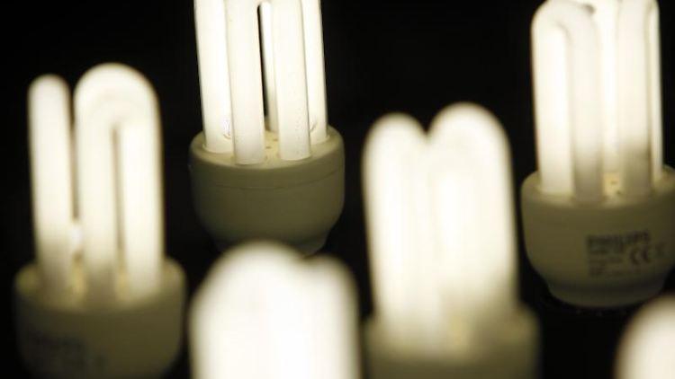 Viele Lampen liefern weniger Licht und verbrauchen mehr Strom als auf der Verpackung angegeben, sagt der europäische Umweltschutz-Dachverband EEB. Foto: Jan Woitas