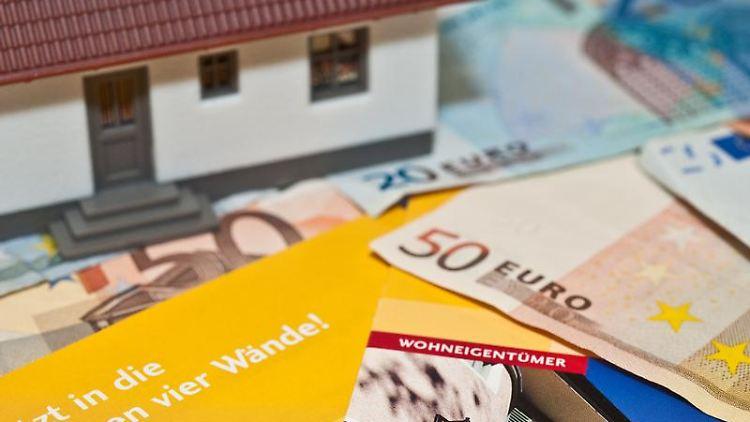 Teure Anschaffung: Viele tragen sich derzeit mit dem Gedanken an einen Immobilienkauf - die Nebenkosten werden wahrscheinlich bald steigen. (Bild: Warnecke/dpa/tmn)