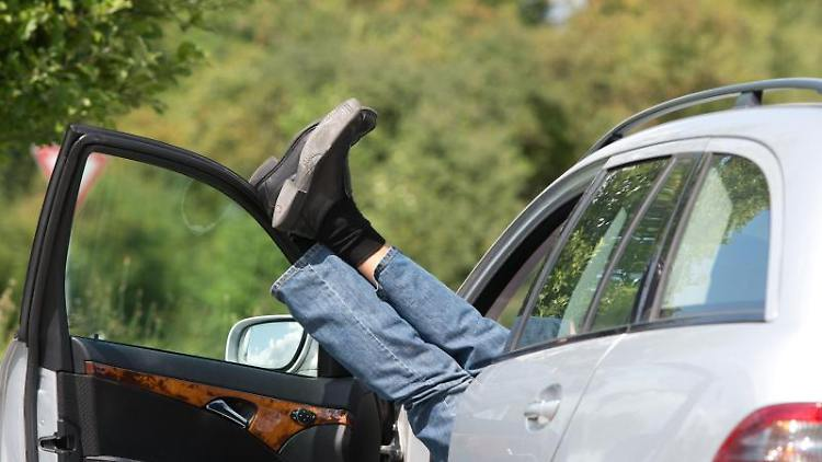 Steht die Autotür offen und es kommt zu einem Unfall, müssen unter Umständen beide Beteiligte dafür haften. Foto: Sebastian Kahnert