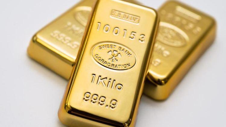 Die dicken Barren stapeln? Gold, hier abgebildet als Imitate, gilt als krisensicher. Da sein Preis stark schwanken kann, sollten Anleger den Anteil im Depot aber gering halten. Foto: Andrea Warnecke