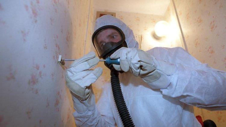 Für das Entfernen von Asbest gelten besonders strenge Vorsichtsmaßnahmen. Atemschutzgeräte und Schutzanzüge sind Pflicht. Foto: Jens Büttner