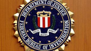 Das Wappen des Federal Bureau of Investigation (FBI): Die US-Behörden erhöhen den Druck auf Apple. Foto: Tim Brakemeier/Archiv