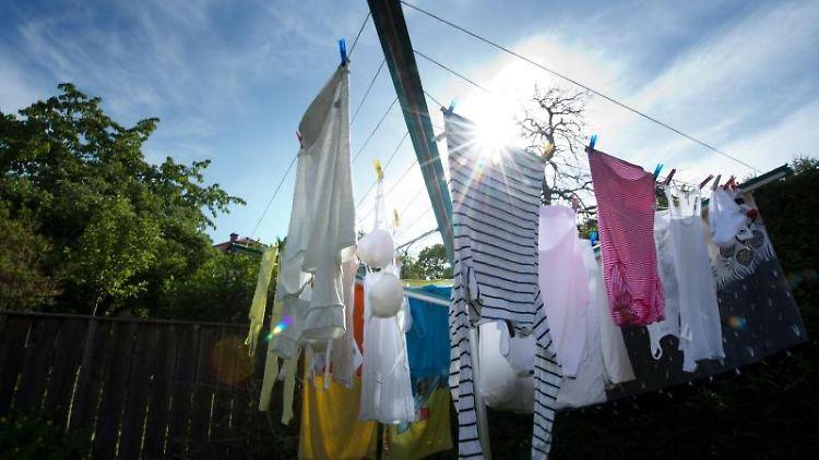 Wieder sauber: Gegen Deoflecken helfen zum Beispiel spezielle Waschmittel, die auch bei Rostflecken wirken. Foto: Arno Burgi