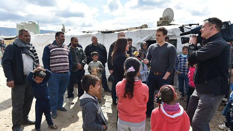 n-tv Moderator Constantin Schreiber in einem Flüchtlingslager im Libanon