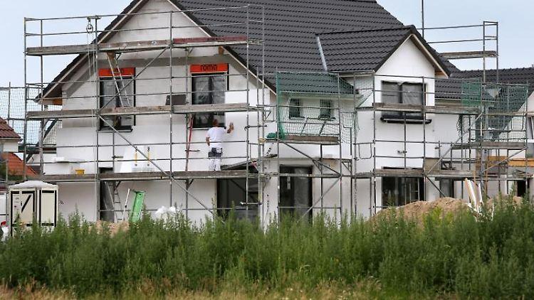 Wird ein Grundstück bebaut, wird das auch im Grundbuch vermerkt. Auch der Eigentümer der Immobilie ist dort verzeichnet. So kann im Laufe der Jahre die Geschichte eines Hauses nachvollzogen werden. Foto: Bernd Wüstneck