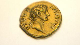 «Diese Münze, geprägt 107 nach Christus in Rom, ist weltweit sehr selten», sagte IAA-MünzexperteDanny Syon. Foto: Jim Hollander
