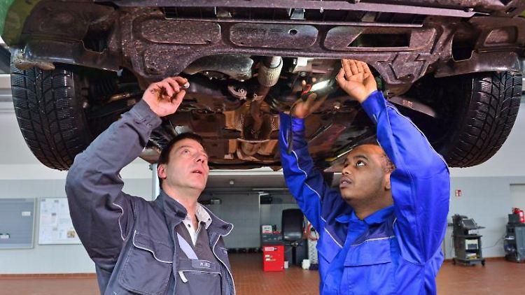 Geflüchtete in den Arbeitsmarkt integrieren: Die Arbeitsagentur übernimmt beispielsweise Fahrtkosten, Sprach- und Fachkurse. Foto: Martin Schutt