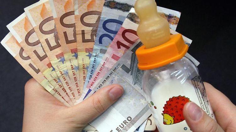 Das Elterngeld gilt als ein Ersatz für Einkünfte. Foto: Ronald Bonß