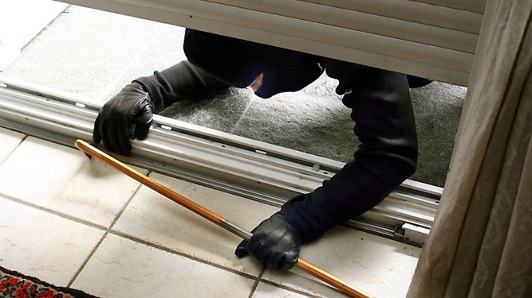 Bekannt Hürde für Einbrecher: Rollläden gegen Hochschieben sichern - n-tv.de IP25