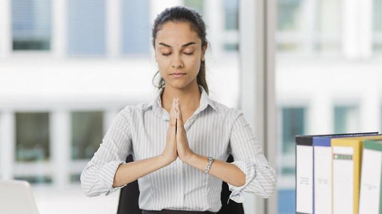 Im Büro kurz innehalten und den Körper spüren: Das hilft gegen Dauerstress im Job. Foto: Monique Wüstenhagen