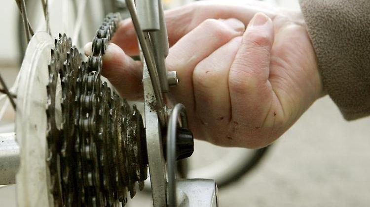 Fahrradfahrer sollten bei der Schaltung auf die Übersetzungsbandbreite achten.Welche Bandbreite optimal ist, hängt davon ab, wo man mit demFahrrad unterwegs ist. Foto: Frank May