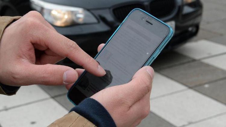 Smartphone-Nutzung kann zur Unfallgefahr werden. Foto: Franziska Kraufmann