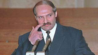 Alexander Grigorjewisch Lukaschenko ist seit zwölf Jahren Präsident von Weißrussland. Er besiegte bei den Wahlen 1994 das damalige Staatsoberhaupt Stanislaw Schuschkewitsch - die Abstimmung wurde von der OSZE als