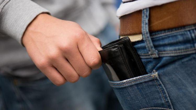 Kurz abgelenkt - und schon ist die Geldbörse weg: Wer die Tricks der Taschendiebe kennt, kann sich besser schützen. Foto: Arno Burgi