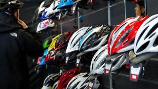 Beim Kauf eines Fahrradhelms sollte man auf die richtige Passform achten. Foto:Andrea Warnecke