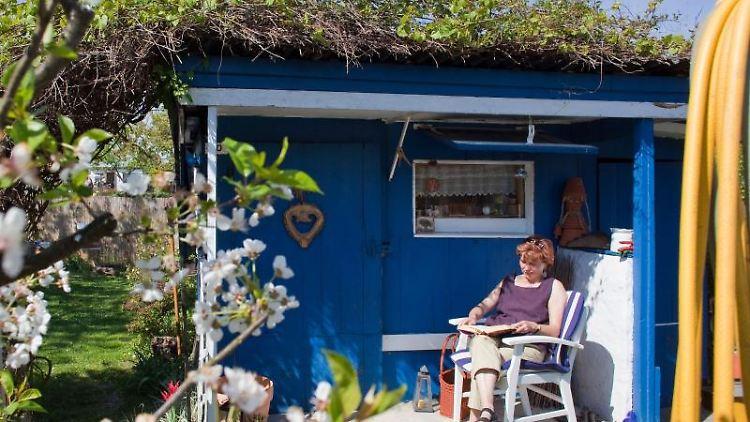 Entspannt im eigenen Garten sitzen, das wollen viele. Doch man muss ein Wochenendgrundstück nicht gleich kaufen. Pachten ist oft günstiger. Foto:Patrick Pleul