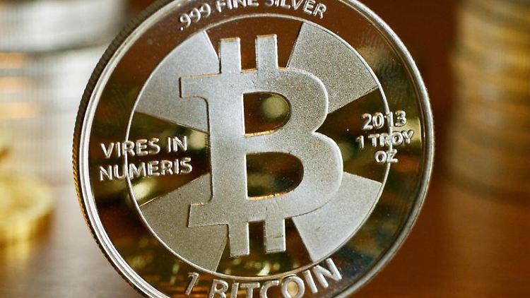 Bitcoin-Münzen beim Münzhandel «BitcoinCommodities» in Berlin. Foto: Jens Kalaene