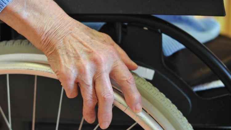 Gefühlsstörungen, Lähmungen, Kraftlosigkeit: Bei den meisten Menschen mit Multipler Sklerose geht der in den Anfangsjahren schubförmige Verlauf irgendwann in eine dauerhaft fortschreitende Form über.jpg