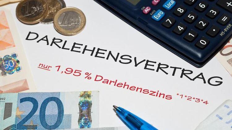 Fußnoten und Fallstricke beim Kreditvertrag: Auch eine neue EU-Richtlinie erspart vor dem Darlehensabschluss nicht das genaue Rechnen. Foto: Andrea Warnecke