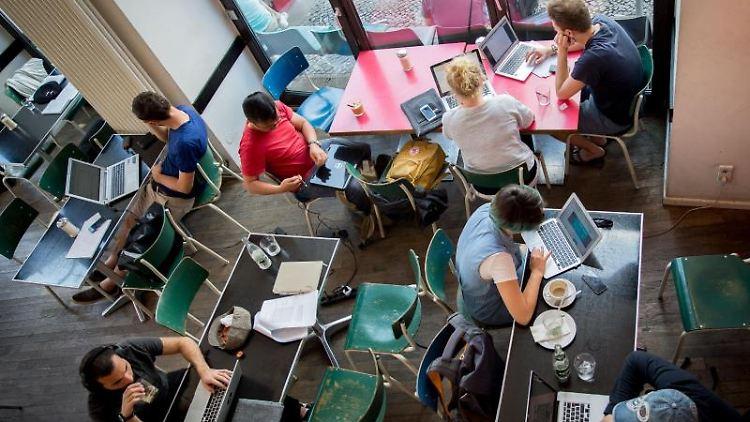 Kaffee und WLAN:Gäste des Café St. Oberholz in Berlin-Mitte sitzen vor ihren Notebooks. Foto:Kay Nietfeld