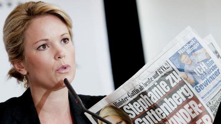 Stephanie zu Guttenberg, Frau des Bundesverteidigungsministers, hält moderiert die Sendung «Tatort Internet».