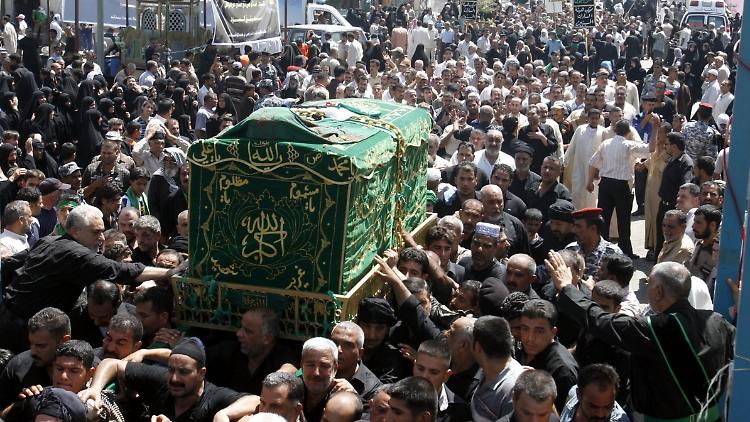 Zahlreiche schiitische Pilger versammeln sich bei einer Zeremonie in Bagdad.